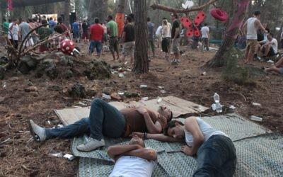 Dans cette photo illustrative, les fêtards font une sieste lors d'une 'fête de la nature' dans la forêt du mont Carmel (Cédit : Alana Perino / Flash90)