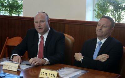 Ari Harow, à droite, avec son prédécesseur, Gil Sheffer, à gauche, pendant la réunion hebdomadaire du cabinet dans les bureaux du Premier ministre, à Jérusalem, le 9 février 2014. (Crédit : Marc Israel Sellem/Pool)