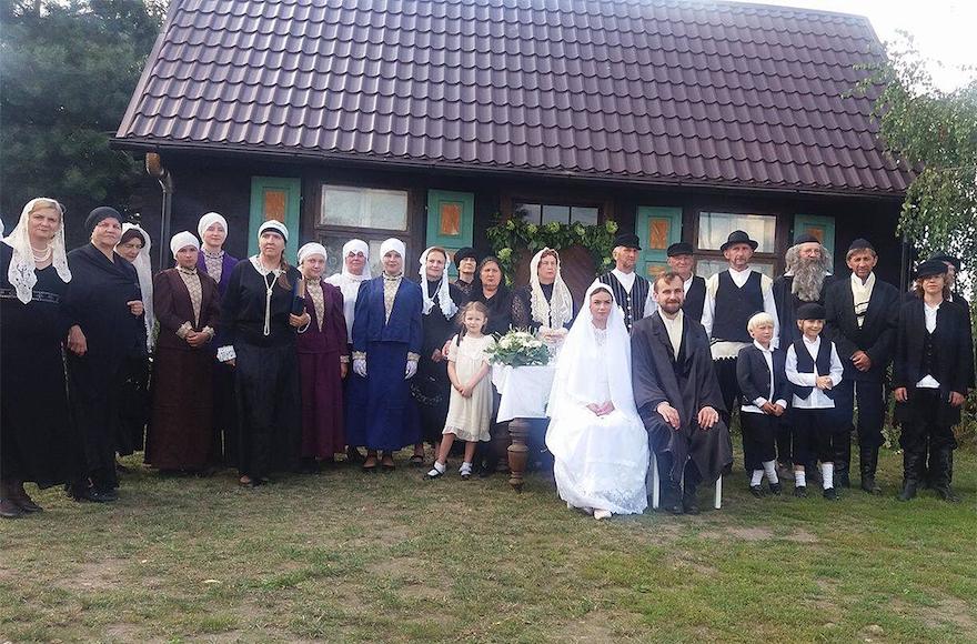 Des villageois polonais assistant à un faux mariage juif dans le village polonais de Radzanow, en Pologne, le 5 août 2017 (Crédit : Jonny Daniels / From the Depths)