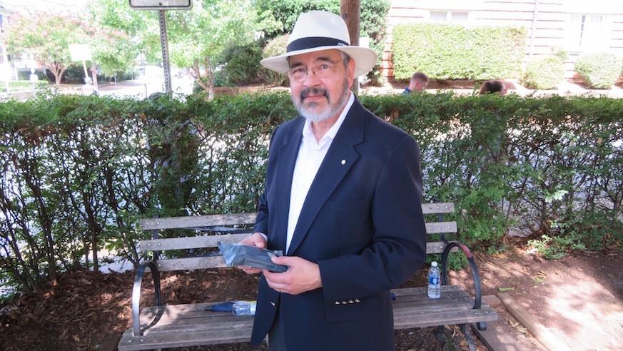 John Aguilar, un vétéran de la Marine à la retraite, aux abords de la Congrégation Beth Israel de Charlottesville, s'était porté volontaire pour monter la garde devant le bâtiment au cours du rassemblement organisé à proximité par l'extrême droite ce matin-là. (Crédit : Ron Kampeas)