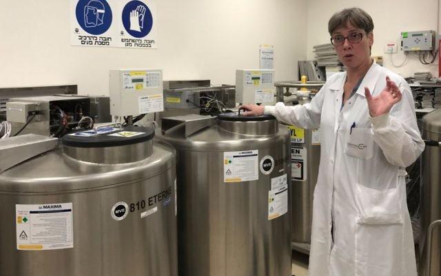 Le laboratoire Gamida Cell à Jérusalem, où le sang du cordon ombilical est stocké dans des réservoirs, le 16 juillet 2017 (Crédit : Shoshanna Salomon / Times of Israel)