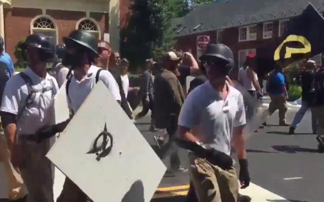 Sur la droite de l'image on aperçoit le drapeau noir et jaune de Génération identitaire lors de la manifestation à Charlotteville (Crédit: capture d'écran Twitter/Francenews24)