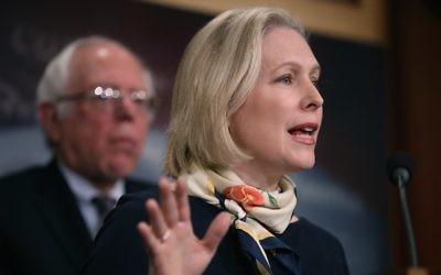 La sénatrice  Kirsten Gillibrand lors d'une conférence de presse au Capitole, le 14 mars 2017 (Crédit :  Justin Sullivan/Getty Images)