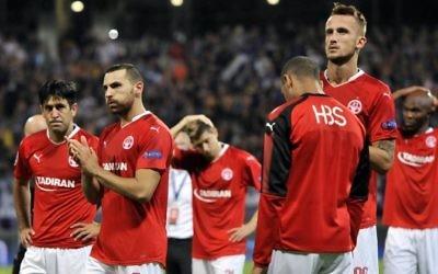 Les joueurs de l'Hapoel Beersheva à la fin du match de qualification pour la Ligue des Champions contre le NK Maribor, le 22 août 2017. (Crédit : AFP Photo/Borut Zivulovic)