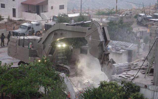 Démolition de la maison d'Omar al-Abed, 19 ans, auteur d'une attaque au couteau qui a tué trois personnes dans l'implantation d'Halamish le 21 juillet, dans le village de Kobar, en Cisjordanie, le 16 août 2017. (Crédit : unité des porte-paroles de l'armée israélienne)