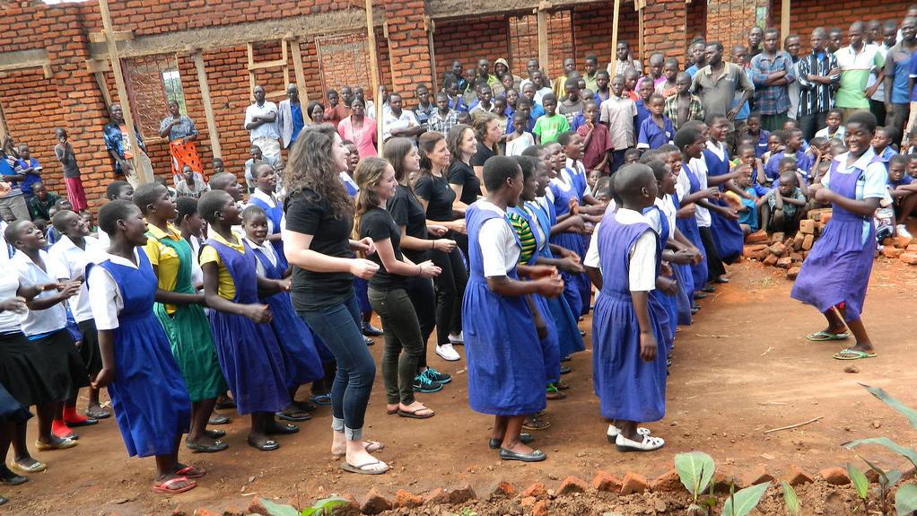 Les membres de l'équipe Innovation Africa dansent avec les élèves de l'école primaire de N'gozi, au Malawi, avant que les lumières ne soient allumées pour la première fois dans leurs salles de classe. (Crédit : Autorisation)