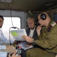 L'ambassadeur israélien aux Nations unies Danny Danon, à gauche, avec le secrétaire général des Nations unies Antonio Guterres, au centre, et l'adjoint au chef d'État-major Aviv Kohavi, dans un hélicoptère, étudient la situation à la frontière entre Gaza et Israël, le 30 août 2017. (Crédit : Israel UN/Shlomi Amsalem)