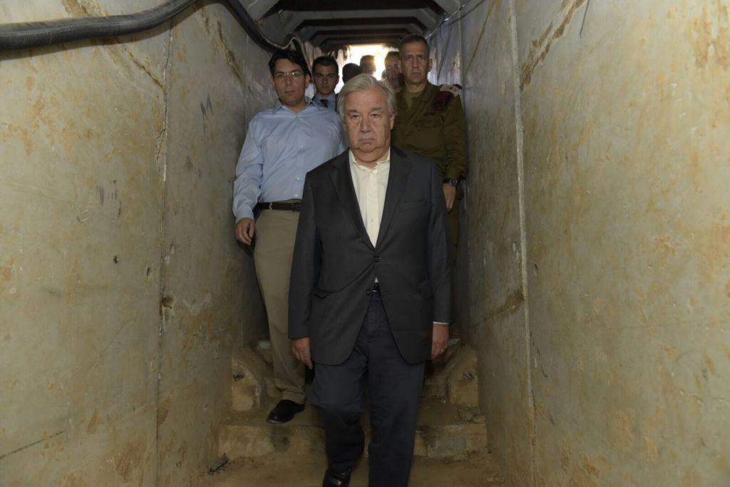 Le secrétaire général des Nations unies Antonio Guterres, inspecte un tunnel creusé par des terroriste  à la frontière entre Gaza et Israël, le  30 août 2017. (Crédit : Israel UN/Shlomi Amsalem)