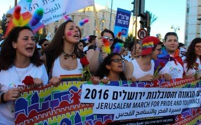 Les représentants de Jerusalem Open House à la Gay Pride de 2016 de Jérusalem, le 21 juillet 2016 (Crédit : Adi Eddie)