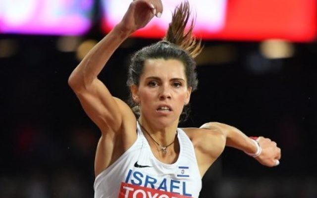L'Israélienne Hanna Knyazyeva-Minenko en finale du triple saut féminin pendant les championnats du monde d'athlétisme, à Londres, le 7 août 2017. (Crédit : Andrej Isakovic/AFP)