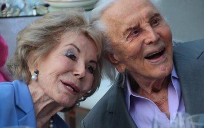 Kirk et Anne Douglas lors de leur 60ème anniversaire de mariage en 2014. (Crédit : Christopher Briscoe)