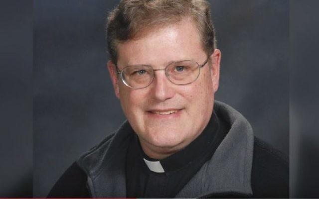 Le père William Aitcheson, prêtre du diocèse catholique romain d'Arlington, en Virginie. Photographie non datée fournie par le diocèse. (Crédit : capture d'écran)