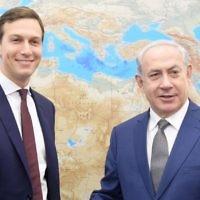 Jared Kushner, à gauche, conseiller du américain Donald Trump, et le Premier ministre Benjamin Netanyahu à Tel Aviv, le 24 août 2017. (Crédit : Amos Ben Gershom/GPO)