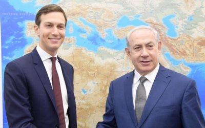 Jared Kushner, à gauche, conseiller du président américain Donald Trump, et le Premier ministre Benjamin Netanyahu à Tel Aviv, le 24 août 2017. (Crédit : Amos Ben Gershom/GPO)