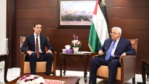 Jared Kushner, à gauche, conseiller à la Maison Blanche, et Mahmoud Abbas, président de l'Autorité palestinienne, à Ramallah, le 24 août 2017. (Crédit : WAFA)