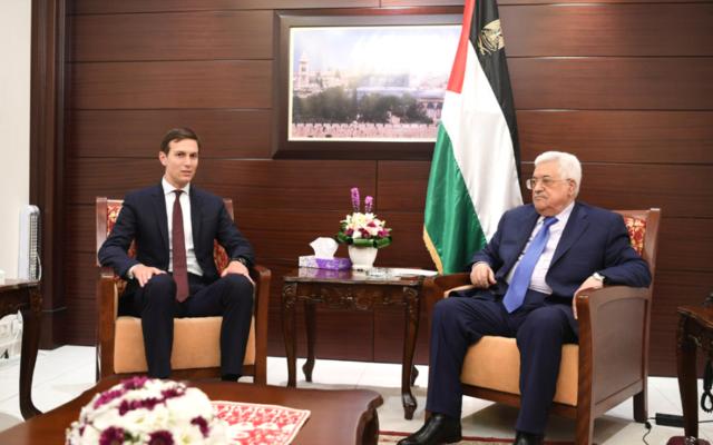 Jared Kushner, (à gauche), conseiller à la Maison Blanche, et Mahmoud Abbas, président de l'Autorité palestinienne, à Ramallah, le 24 août 2017. (Crédit : WAFA)
