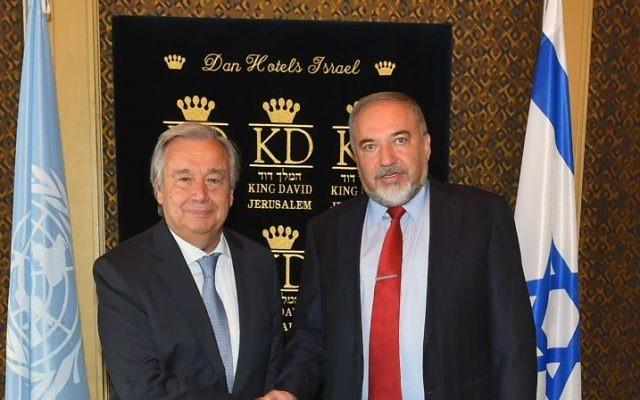 Antonio Guterres, secrétaire général des Nations unies, avec Avigdor Liberman, ministre de la Défense, à Jérusalem, le 28 août 2017. (Crédit : Ariel Harmoni/ministère de la Défense)