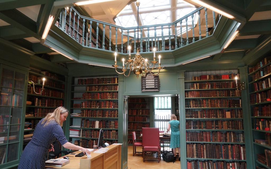 Le personnel prépare la bibliothèque juive Ets Haim à Amsterdam pour des visiteurs, le 17 mai 2017 (Crédit : Cnaan Liphshiz/JTA)