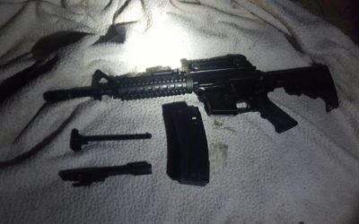 Un fusil M-16 découvert dans le village de Wasi Silman dans le centre de la Cisjordanie, le 25 août 2017. (Crédit : armée israélienne)