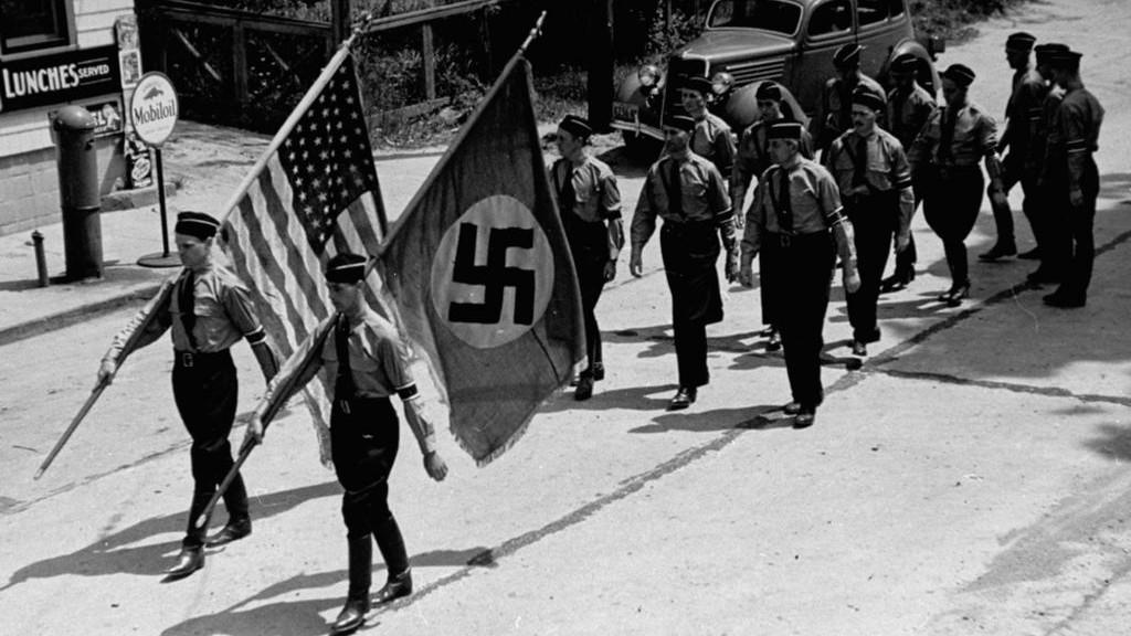 Défilé des membres du parti nazi américain à Long Island, Yaphank, New York, où a également été organisé un camp d'été pro-Hitler, dans les années 1930. (Crédit : domaine public)