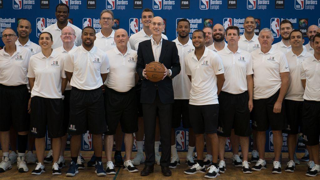 Adam Silver, au centre, responsable de la NBA, avec les entraîneurs du programme Basketball Without Borders à l'Institut Wingate d'Israël, le 14 août 2017. (Crédit : Luke Tress/Times of Israël)