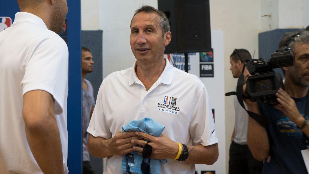 David Blatt, ancien entraîneur des Cleveland Cavaliers, pour le programme Basketball Without Borders à l'Institut Wingate d'Israël, le 14 août 2017. (Crédit : Luke Tress/Times of Israël)