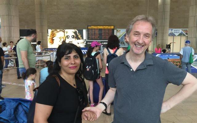 Neda Amin, à gauche, avec David Horovitz, rédacteur en chef du Times of Israël, à l'aéroport international Ben Gurion, le 10 août 2017. (Crédit : Times of Israël)