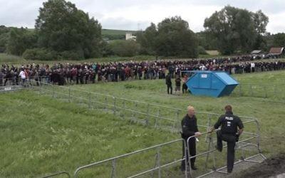 Les participants font la queue pour participer au festival néo-nazi « Rock against Foreign Domination » ) Thuringe, en Allemagne, le 15 juillet 2017 (Crédit : Capture d'écran / YouTube)