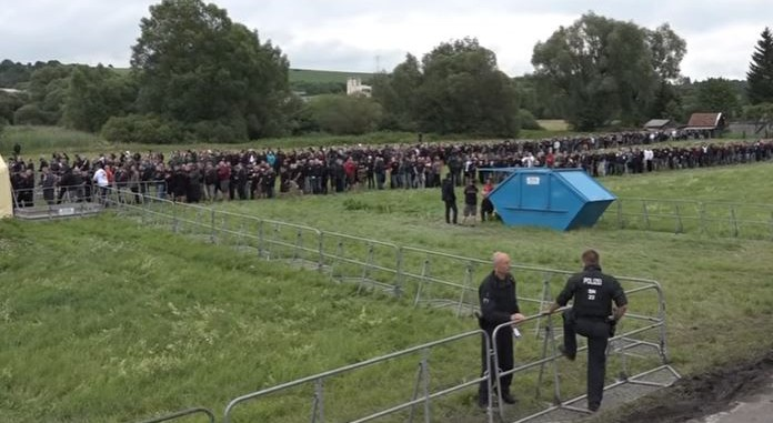 Les participants font la queue pour participer au festival néo-nazi « Rock against Foreign Domination » ) Thuringe, en Allemagne, le 15 juillet 2017 (Crédit : Capture d'écran / YouTube)