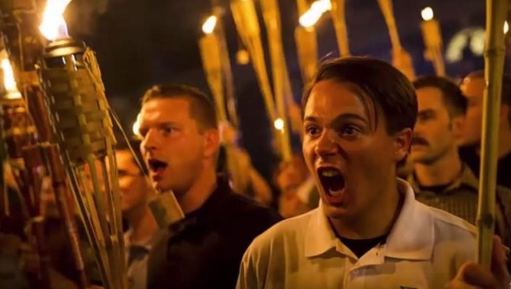 Manifestation de suprématistes blancs, torches à la main, sur le campus de l'université de Virginie, à Charlottesville, le 11 août 2017. (Crédit : capture d'écran YouTube)