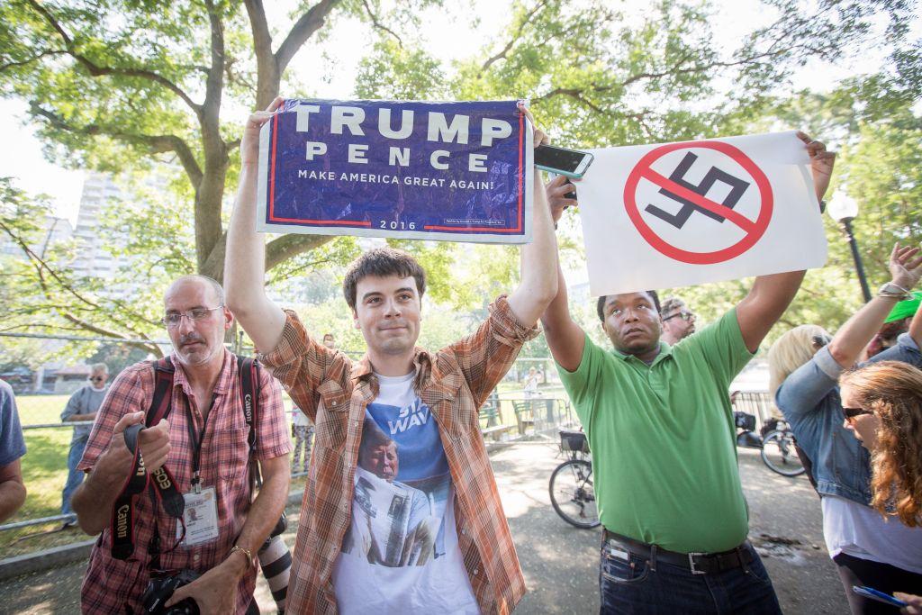 Manifestants lors des « contre-manifestations » à Boston, le 19 août 2017 (Crédit : Elan Kawesch / The Times of Israel)