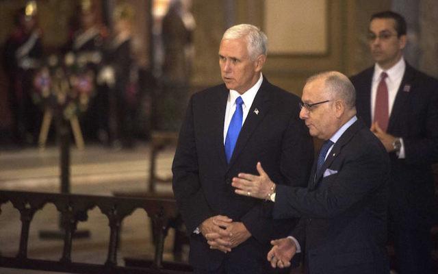 Le vice-président américain Mike Pence, à gauche, avec le ministre des Affaires étrangères argentin Jorge Faurie lors d'une cérémonie à la cathédrale métropolitaine de Buenos Aires, le 15 août 2017. (Crédit : Eitan Abramovich/AFP/Getty Images)