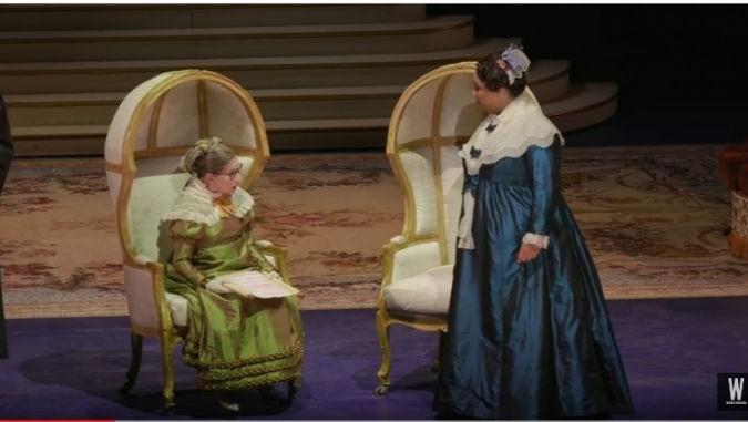 La juge de la Cour suprême des États-Unis Ruth Bader Ginsburg (à gauche) sur scène au National Opera de Washington jouant la pièce « The Daughter of the Regiment », le 12 novembre 2016 (Crédit : Capture d'écran YouTube)