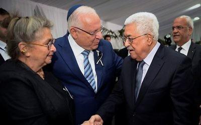 Le président Reuven Rivlin et son épouse Nechama avec le président de l'Autorité palestinienne Mahmoud Abbas pendant les funérailles d'état du défunt 9e président Shimon Peres, au cimetière du mont Herzl, à Jérusalem, le 30 septembre 2016. (Crédit : Mark Neyman/GPO)