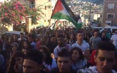 Des Arabes israéliens défilent dans la ville de Sakhnin le samedi 1er octobre 2016 pour commémorer la mort de 13 personnes décédées lors d'affrontements avec la police au cours de la seconde Intifada (Capture d'écran)