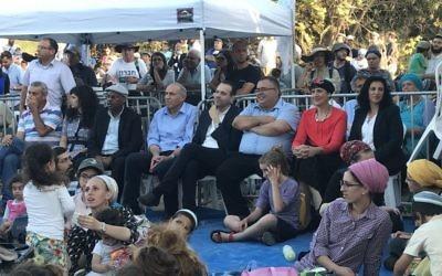 Des députés du Likud et de HaByit HaYehudi lors d'un rassemblement dans l'implantation évacuée de Sa-Nur, dans le nord de la Cisjordanie, en août 2017. (Crédit : Jacob Magid/Times of Israël)