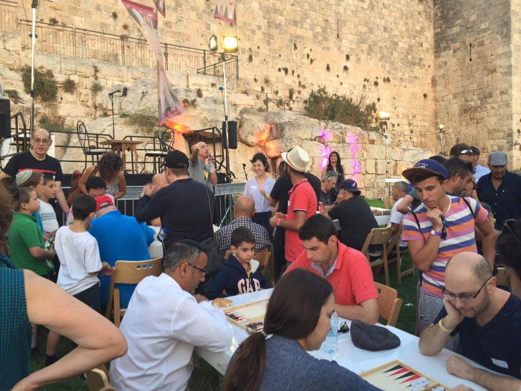 Les étapes préliminaires du du Championnat de Backgammon, derrière la Vieille ville de Jérusalem, le 24 août 2014. (Crédit : Times of Israel)