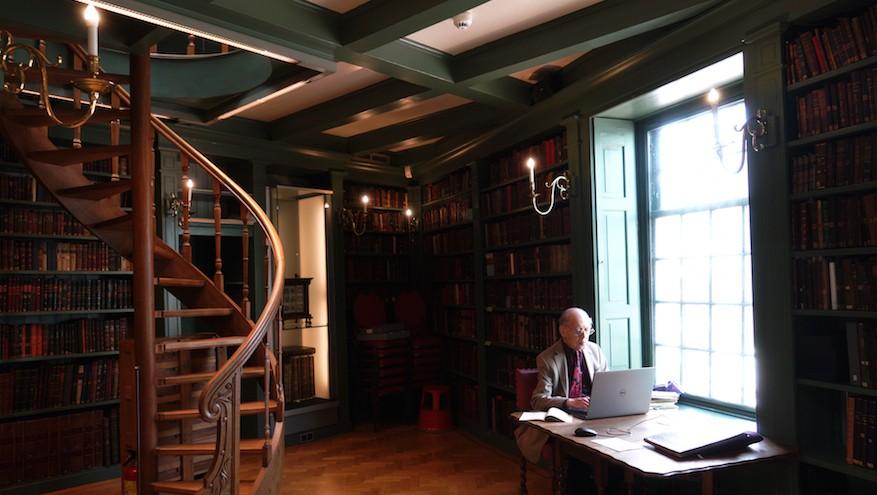 Un chercheur travaille à la bibliothèque juive Ets Haim à Amsterdam pour des visiteurs, le 17 mai 2017 (Crédit : Cnaan Liphshiz/JTA)