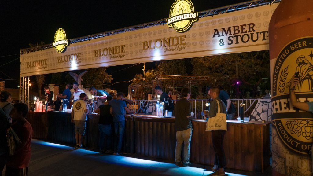 Le bar du Shepherds Beer Festival à Bethléhem, le 20 août 2017. (Crédit : Luke Tress/Times of Israel)