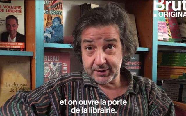 Michel Sitbon ouvre depuis un an sa librairie de nuit aux migrants (Crédit: capture d'écran Brut)