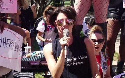 Une représentante de Jewish Voice for Peace, Scout Bratt , lors de la SlutWalk Chicago le 12 août 2017. (Crédit : Capture d'écran/YouTube)