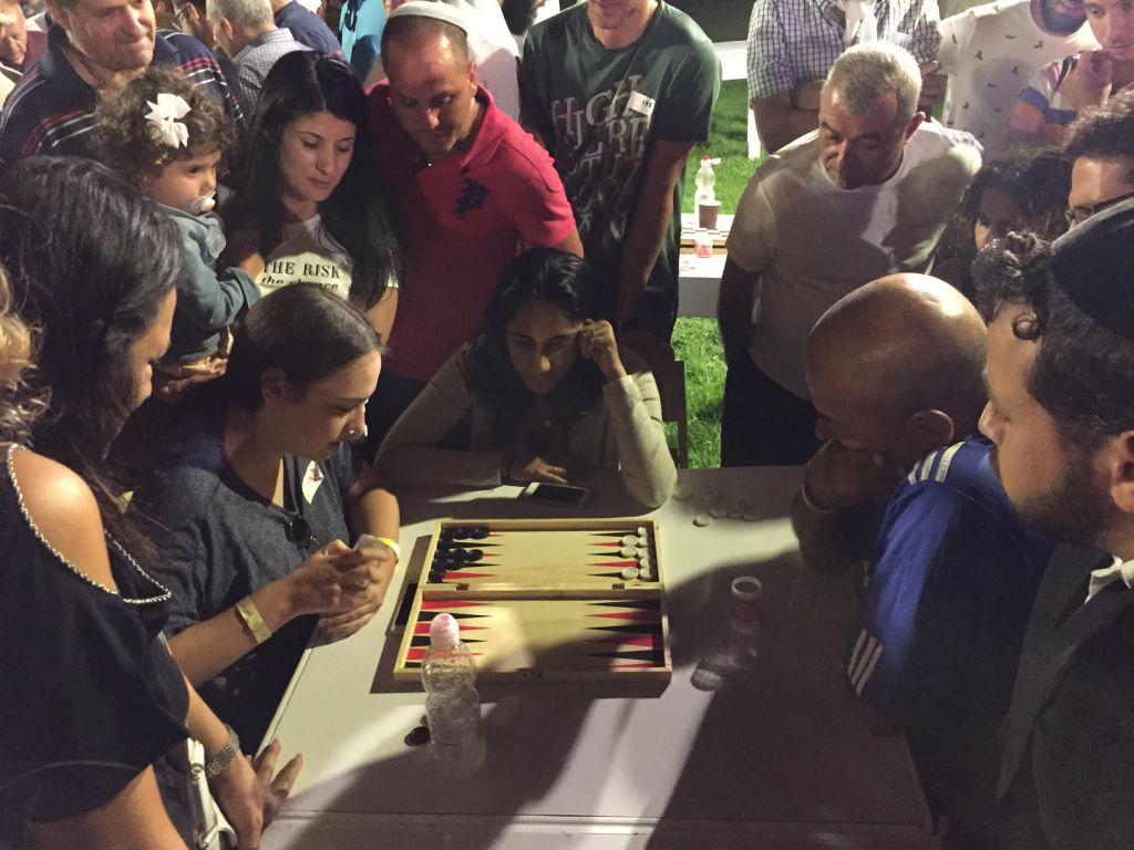 Adi Suchovolsky (à gauche,) en pleine action, au  Championnat de Backgammon, derrière la Vieille Ville de Jérusalem, le 24 août 2014. (Crédit : Times of Israel)