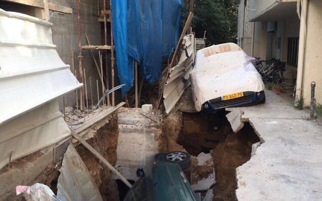 Une voiture tombée dans un trou géant au centre de Tel Aviv, le 21 août . (Crédit : Twitter)