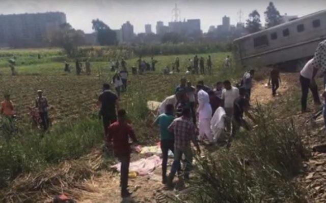 Des rescapés de la collision entre les trains au sud d'Alexandrie, le 11 août 2017 (Crédit : capture d'écran YouTube)