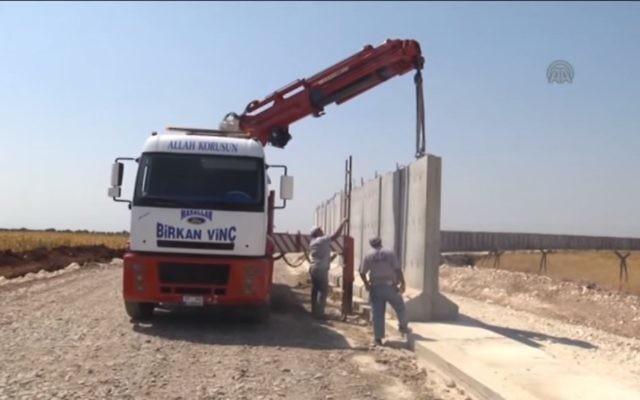 Construction d'un mur à la frontière entre la Turquie et la Syrie, en 2015. Illustration. (Crédit : capture d'écran YouTube)