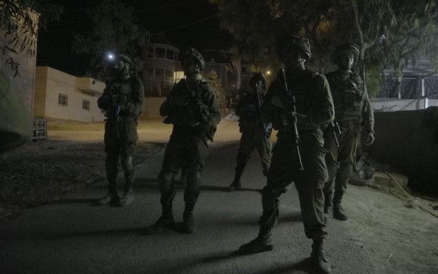 Opération militaire israélienne dans le village de Yatta, en Cisjordanie, près de Hébron, le 3 août 2017. Illustration. (Crédit : unité des porte-paroles de l'armée israélienne)