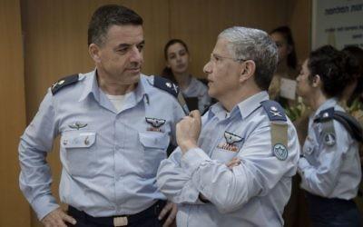 Le général de division  Amikam Nurkin, à gauche, remplace le général de division Amir Eshel en tant que chef des forces aériennes israéliennes lors d'une cérémonie organisée au siège de l'armée à Tel Aviv, le 10 août 2017 (Crédit :  armée israélienne)