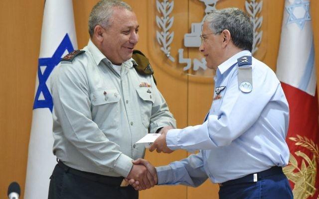 Le chef des forces aériennes israéliennes, le général de division Amir Eshel, à droite, échange une poignée de main avec le chef d'état-major de l'armée Gadi Eisenkot durant une cérémonie au siège de Tel Aviv le 10 août 2017 (Crédit : Armée israélienne)