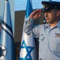 Le nouveau chef de l'armée de l'air israélienne, le général de division Amikam Norkin, pendant une cérémonie sur la base aérienne Tel Nof, le 14 août 2017 (Crédit : unité des porte-paroles de l'armée israélienne)