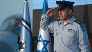 Le nouveau chef de l'armée de l'air israélienne, le général de division Amikam Norkin, pendant une cérémonie sur la base aérienne Tel Nof, le 14 août 2017. (Crédit : unité des porte-paroles de l'armée israélienne)
